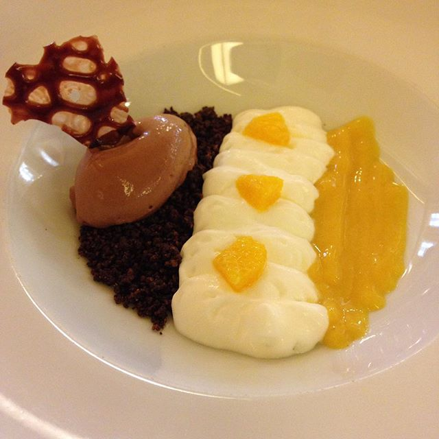 Migas de chocolate con su helado, yogur y fruta de la pasión...